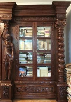 Biblioteczka stylizowana na antyki