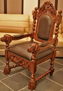 Rzeźbiony fotel na styl myśliwski