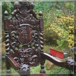 Fotel rzeźbiony w starym styli mebli gdańskich