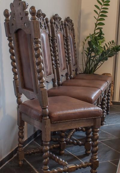 Krzesła rzeźbione w dębie