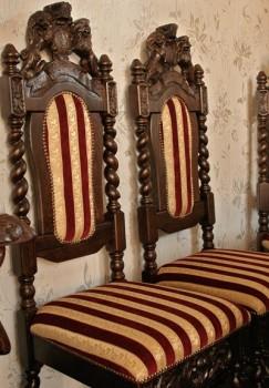 Krzesła rzeźbione