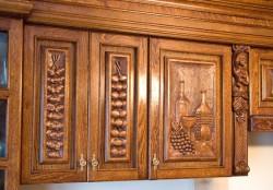 Rzeźbione szafki nad zlewozmywakiem