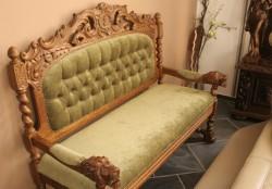 Rzeźbiona sofa stylizowana na starą