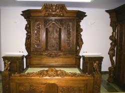 meble rzeźbione do sypialni stylizowane na stare