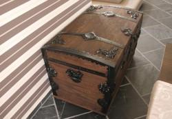 Drewniany kufer z okuciami
