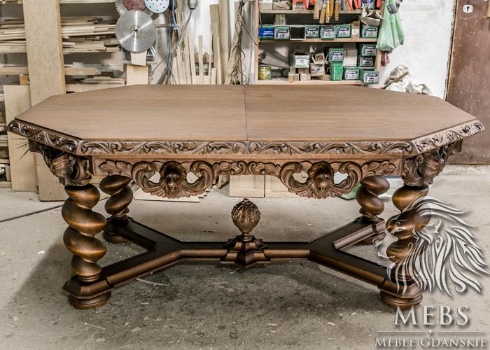 Ręcznie rzeźbiony stół dębowy