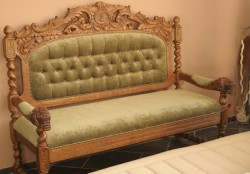 Stylowa sofa wypoczynkowa w starym stylu