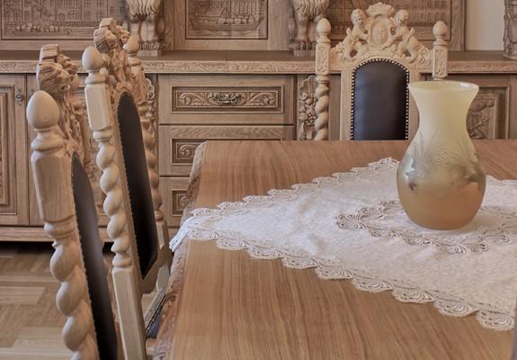 Rzeźbione krzesła skórzane