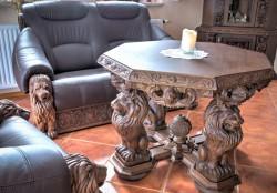 Rzeźbiony w stylu gdańskim stolik do kawy