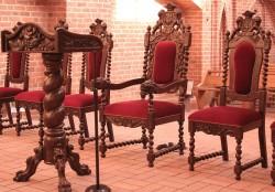 Rzeźbiony fotel papieski