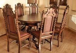 Krzesła ze stołem rzeźbionym