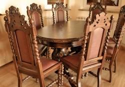 Owalny stół z krzesłami do jadalni