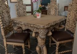 Stół z krzesłami pozłacany
