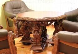 Rzeźbiony stolik ośmiokątny stylizowany na antyki