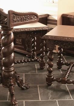 Rzeźbiony stolik do Kościoła