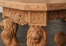 stolik rzeźbiony na lwach