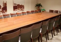 Meble stylizowane wyposażeniem sal konferencyjnych