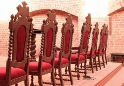 Rzeźbione meble jako wyposażenie prezbiterium kościoła